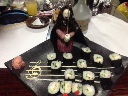 """Шеф-повар суши украшает блюда съедобными персонажами любимого фильма """"Звёздные войны"""" (12 фото)"""