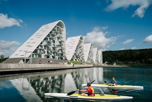В Дании построили необычный волнообразный жилой комплекс (6 фото)