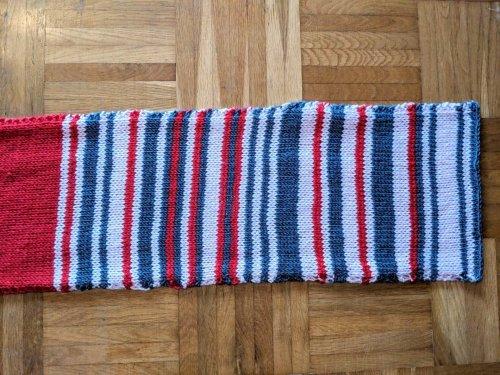 Жительница Германии связала шарф, узор которого основывается на опоздании автобуса (3 фото)