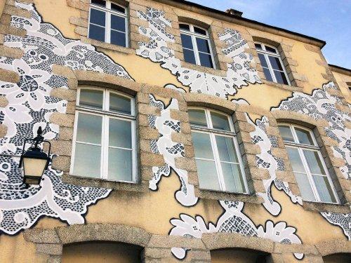 """Польская уличная художница """"наряжает"""" дома, сооружения и улицы в изящные кружева (11 фото)"""