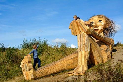 Датский художник создаёт деревянных гигантов и прячет в местах, которые можно найти по карте сокровищ (21 фото)