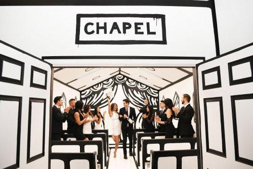 """Теперь можно пожениться в чёрно-белой """"нарисованной"""" часовне в Вегасе! (10 фото)"""
