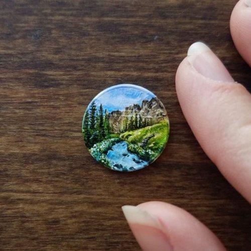 Художница рисует красочные пейзажи на крошечных монетах (11 фото)