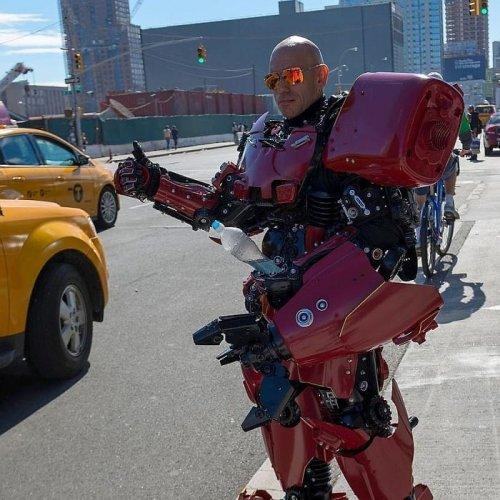 """Вдохновлённый """"Трансформерами"""", художник превращается в роботов, созданных им из мусора (21 фото)"""