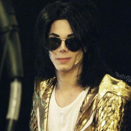 Парень потратил более 30 000 долларов на косметические процедуры в попытке стать точной копией Майкла Джексона (4 фото)