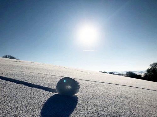 Снежные рулоны: на английских холмах запечатлели редкое зимнее природное явление (5 фото)