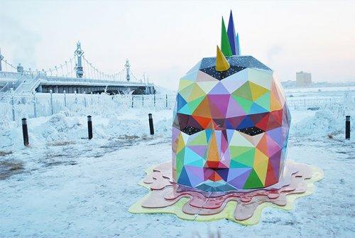 Испанский уличный художник Okuda установил самую северную скульптуру в мире. Она находится в Якутске (9 фото)