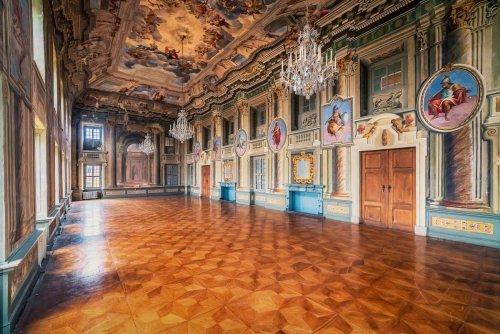 Путешествуя по Европе, фотограф запечатлевает красоту заброшенных зданий (11 фото)