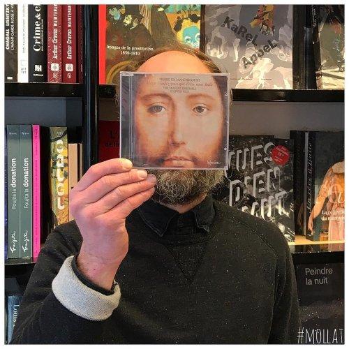 Нескучные работники книжного магазина забавно фотографируют посетителей с обложками книг (23 фото)