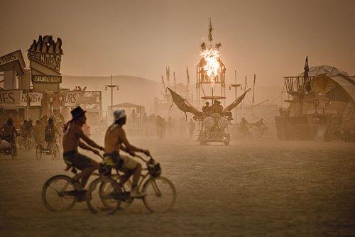 38 пыльных фотографий, запечатлевших атмосферу фестивалей Burning Man на трёх разных континентах