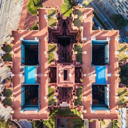 Дрон-фотографии Барселоны, подчёркивающие симметрию городской архитектуры (8 фото)