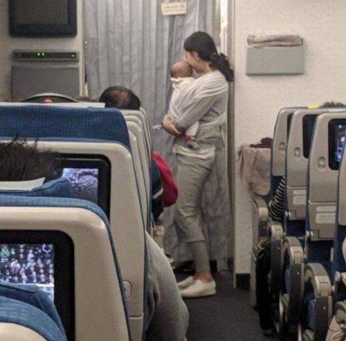 На борту летел грудничок, но пассажиры не испытывали дискомфорта. Потому что его мама заранее проявила к ним внимание (5 фото)