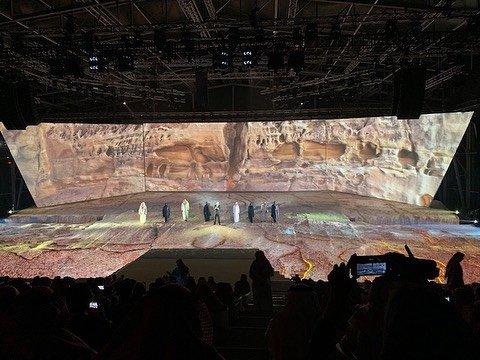 Зеркальный концертный зал, похожий на мираж посреди пустынного ландшафта Саудовской Аравии (17 фото)