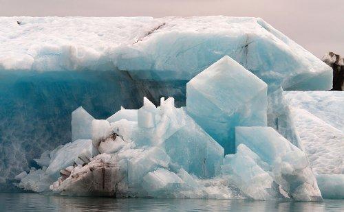 Художник редактирует фотографии, создавая айсберги необычной формы (10 фото)
