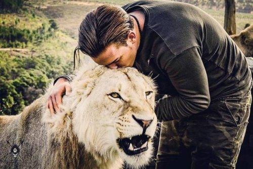 Парень избавился от всего, что имел, и переехал в Африку, чтобы помогать диким животным (26 фото)