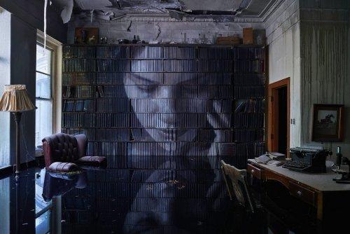 Уличный художник превратил заброшенный особняк в арт-инсталляцию (10 фото)