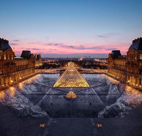 Уличный художник превратил пирамиду Лувра в невероятную оптическую иллюзию (6 фото)