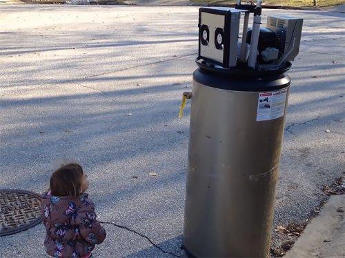 """Маленькая Райна встречает """"робота"""" и признаётся ему в любви"""