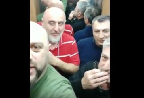 Что бывает, когда в лифте застревают грузины