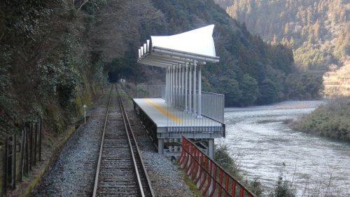 В Японии построили железнодорожную станцию без входа и выхода, чтобы пассажиры могли расслабиться и насладиться пейзажем в ожидании следующего поезда