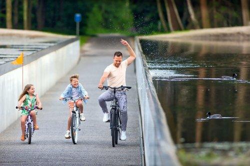 На велосипеде сквозь воду (8 фото)