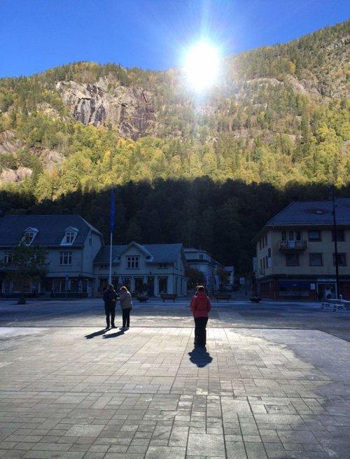 Норвежский город Рьюкан, в котором построили своё Солнце (7 фото)