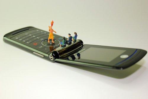 Американская компания заплатит 1000 долларов тому, кто неделю будет пользоваться телефоном-раскладушкой вместо смартфона