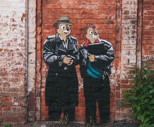 """Российский уличный художник, который оставляет после себя """"следы"""" в самых неожиданных местах по всей стране и за её пределами (23 фото)"""