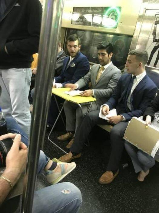 Странные и необычные пассажиры в метро (23 фото)