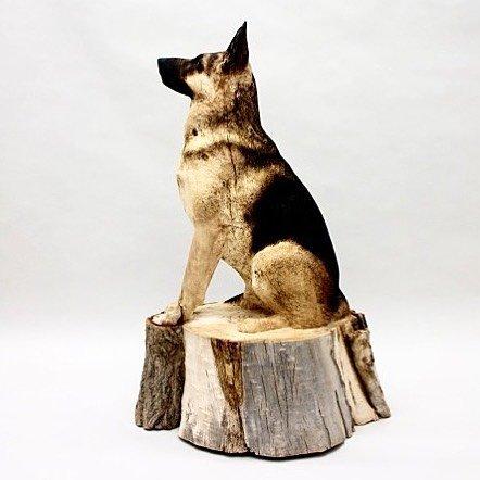 Художник вырезает невероятно реалистичные скульптуры домашних животных из массивных стволов дерева (11 фото)