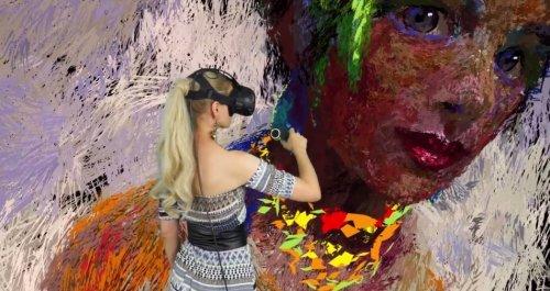 Художница пишет картины в виртуальной реальности