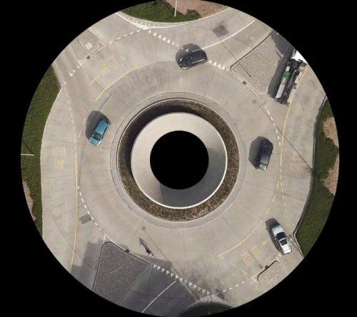 """Необычная съёмка кольцевой транспортной развязки, которая """"притягивает"""" и """"отталкивает"""" транспорт"""