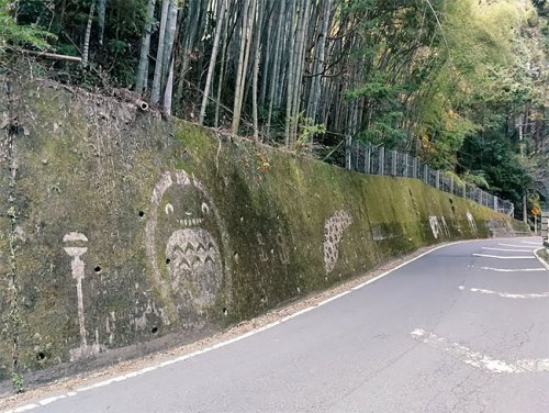 Неизвестный художник создаёт стрит-арт из мха, изображая культовых аниме-персонажей Хаяо Миядзаки (11 фото)