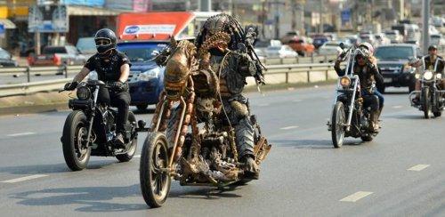 Хищник Мукдахана: фанат фантастического фильма ездит по дорогам Таиланда на кастомных байках в реалистичном костюме Хищника (8 фото + видео)