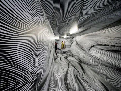 Художник превращает обычные помещения в гипнотические оптические иллюзии, всего лишь рисуя линии (12 фото)