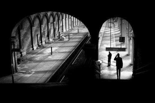Уличный фотограф мастерски запечатлел городскую жизнь посредством света и тени (14 фото)
