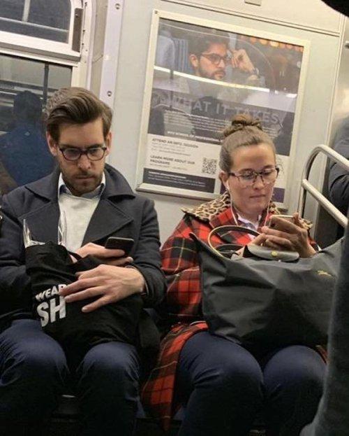 Пассажиры в метро и их случайные двойники на постерах (22 фото)