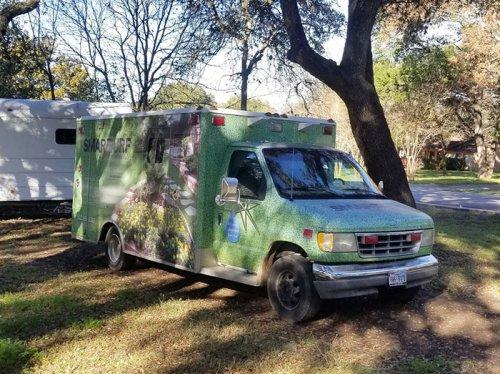 Парень превратил старый автомобиль скорой помощи в дом на колёсах своей мечты (19 фото)