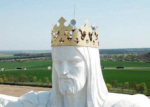 Статуя Иисуса Христа приблизила прихожан к интернету (5 фото)