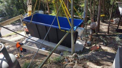 Если нет средств на дорогой бассейн, сделайте его сами из мусорного контейнера (16 фото)