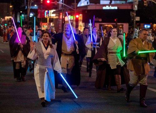 Ежегодный рождественский парад прошёл в Голливуде (13 фото)