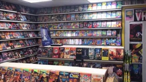"""Ностальгирующий по боевикам 1990-х парень построил у себя в подвале """"магазин"""" видеокассет (15 фото)"""