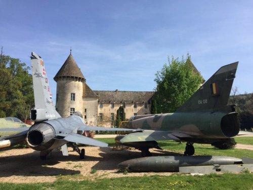 Крупнейшая в мире коллекция истребителей в шато Савиньи-ле-Бон (14 фото)