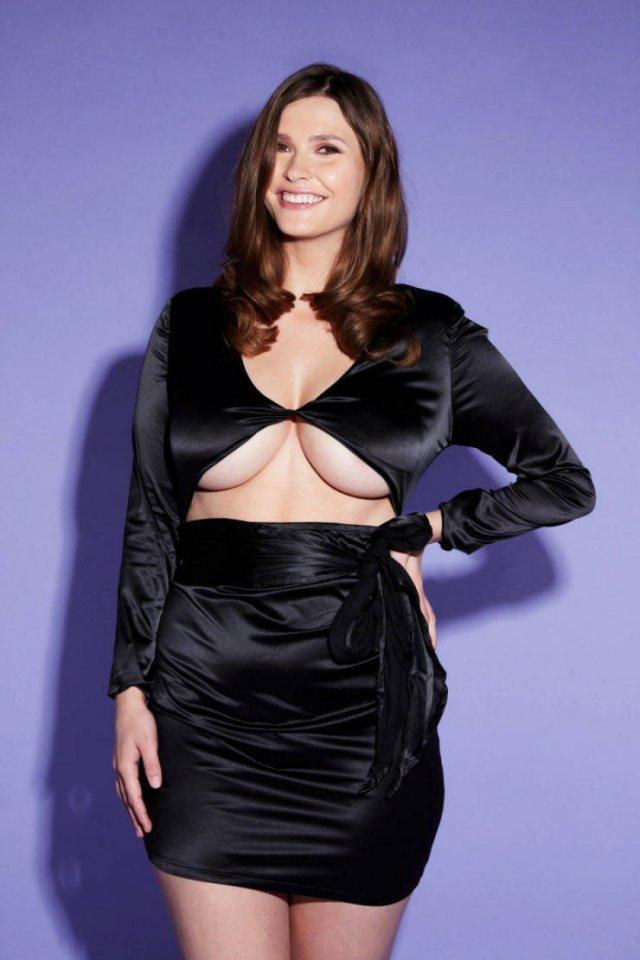 Пышногрудая модель примеряет платья, купленные в онлайн-магазинах (13 фото)