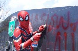 Настоящий человек-паук из Индонезии борется с мусором и пластиковым загрязнением (2 фото)