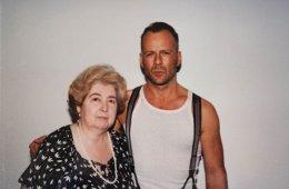 Старый фотоальбом с фотографиями таинственной женщины, позирующей с голливудскими знаменитостями, взбудоражил Интернет (32 фото)
