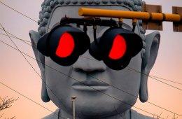 Железнодорожный переезд поблизости придаёт этой статуе Будды необычный облик (3 фото + видео)