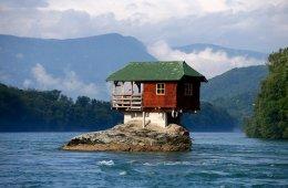 Дома, построенные в кажущихся невозможными местах (11 фото)