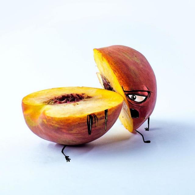 Художник оживляет фрукты, пририсовывая им рожицы