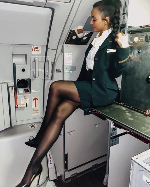 Стюардессы на работе и в социальных сетях (25 фото)